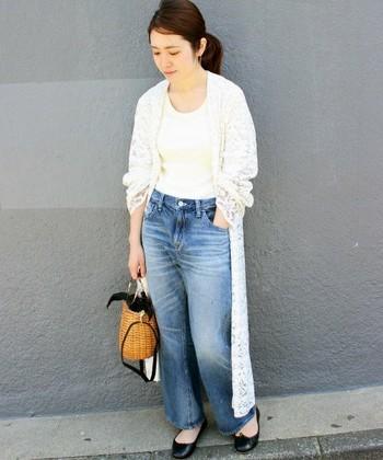 深めのUネックと程良くフィットしたデザインが女性らしいTシャツはヘルシーな色気も。シンプルな「Tシャツ×デニム」スタイルだからこそ、Iラインを作ってすっきりと大人っぽく。