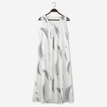 ■ノースリーブのワンピース きゅうくつに感じないルームウェアも、いかにも「部屋着」というものよりもおしゃれなほうがテンションが上がりますよね。  ノースリーブのワンピースならストンと着られるので、暑い日も快適に過ごせます。生地が2枚あわせになっていて透ける心配がないので、急な来客もカーディガンやストールを羽織るだけで安心ですよ。