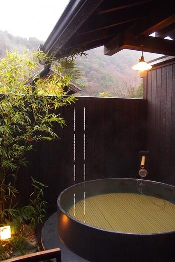 露天風呂は岩風呂や信楽風呂だけでなく水風呂まで。屋根つきなので雨の日でも安心です。