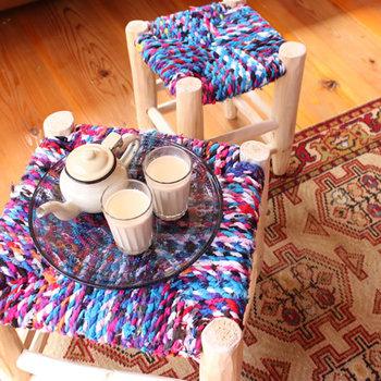 ■床にぺたりと座ってモロッコ製の椅子をテーブルに モロッコ製のスツールは、独特の色合いがおしゃれです。鮮やかな色は夏に似合いますね。モロッコでは、市場や道端でチャイを飲むときなどにもこんなスツールが使われているんだそう。  床にぺたりと座ってお茶を飲めば、異国気分が味わえるかも知れませんよ?もちろん、椅子としてもテーブルとしても使えるので1つで2通りの使い方ができます。