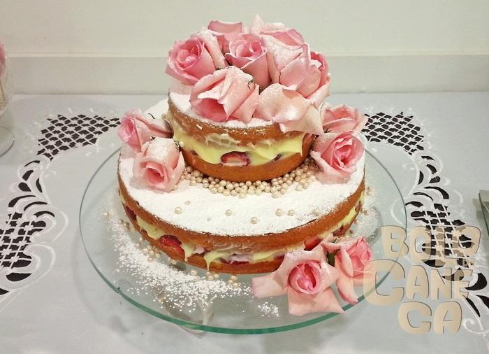 ネイキッドケーキは大らかな作りですが、バラのエディブルフラワーをデコレーションすると、見違えるほどフォーマル&ゴージャスに。