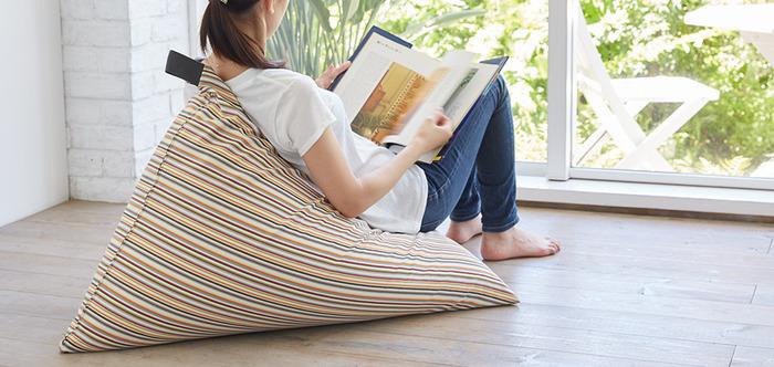 ■手放せなくなる至福のビーズクッション 一度座ったら動きたくない~と思ってしまうほど座り心地の良いビーズクッションです。独特のフォルムは、座ると自然に背もたれが立ち上がるので、深くゆったりと座ることができます。  写真のように窓辺で読書をするのは最高の時間です。トレンドの北欧柄カバーがお部屋のアクセントになりますよ。