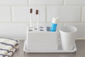 コンパクトでシンプルなデザインですが、使う人のことを隅々まで考えて作られたスグレモノ。歯磨き粉と5本の歯ブラシ用の穴が開いていて、上下を分解して洗うことができます。  プラスチックよりも重厚感がある質感があるメラミン製で、汚れが落ちやすく丈夫で日常道具の素材として優秀です。