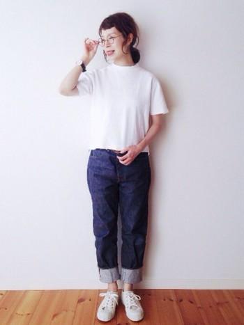 定番のTシャツ×デニムスタイルも、白スニーカーを合わせると爽やかな印象に。裾のロールアップで足首を見せたり、赤リップにすると、カジュアルコーデモ女性らしさがアップします。