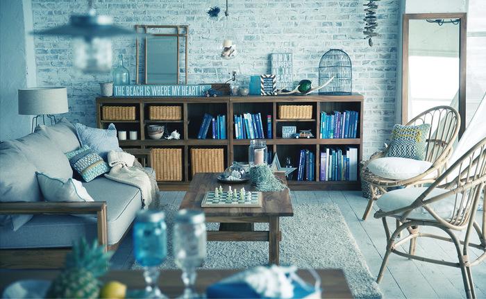 ビンテージな木目調の家具と、ブルーと白の色合いがさわやかなマリンテイストのお部屋には、手織りのクッションカバーで温もりを。