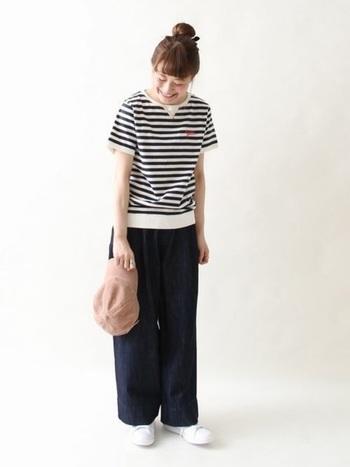 ボーダーTシャツは裾がリブになっているデザインが素敵な一枚。ワイドデニムパンツを合わせてシンプル&カジュアルに着こなしています。