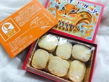こちらはココナッツクッキー。表面の砂糖がたっぷりなのに、不思議と甘さはほどよく仕上がっています。一枚一枚大切に食べたくなる、そんなお味。  こんな可愛い箱でお誕生日をお祝いされたら、嬉しいでしょうね♪