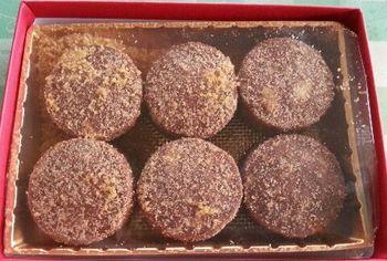 こちらは『チョコマカダミアクッキー』です。ふんだんに入ったマカダミアの香りがチョコに負けていない。絶妙なチョコとのハーモニーをみなさんも是非お試しくださいね。