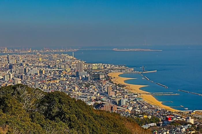六甲山系の鉢伏山(はちぶせやま)と旗振山(はたふりやま)の山頂一帯にある「須磨山上遊園」。眺望が素晴らしく、神戸の街はもちろん、関西国際空港や小豆島まで見渡すことができます。