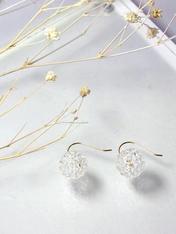 YOKO YANO(ヨウコヤノ)のボールピアスは細く絡み合ったガラスで球体を形作ったデザイン。繊細な編み目がまるで水滴のボールから空気が浮き上がるかのようでとても軽やかな印象。