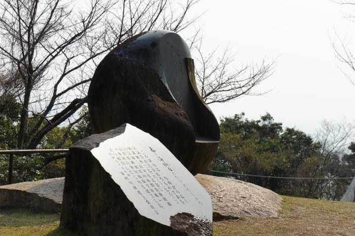 歴史があり風光明媚な須磨では、松尾芭蕉や与謝蕪村、正岡子規など様々な歌人や詩人が、須磨の風景や源平の合戦について数々の俳句や歌を残しています。 特に有名な与謝蕪村の俳句「春の海 終日(ひねもす)のたり のたりかな」は須磨の浦で詠まれたものと言われています。  海と山の景色が美しく、歴史的・文化的魅力があるまち須磨をご紹介します。