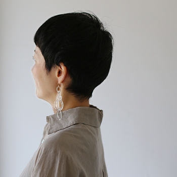 _cthruit(シースルーイット)のw_chandelier earring(ダブル シャンデリア イヤリング)は、様々なガラスのリングが連なった立体感のあるアクセサリーです。大ぶりなリングが重なり合い揺れる様子は、シャンデリアをイメージしています。