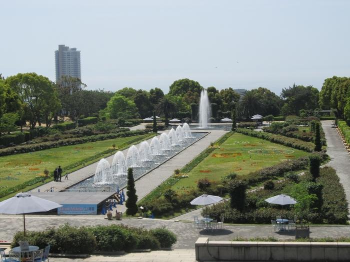 広大な敷地の公園を入ってすぐのところには、水がモチーフの噴水庭園があります。高台にあるため、遠くには水平線を見ることができます。 周囲にはパラソルとテーブルが設置され、休日にはここで噴水を眺めながらくつろぐ人々の姿が。イベント時には夜間に噴水が七色にライトアップされます。