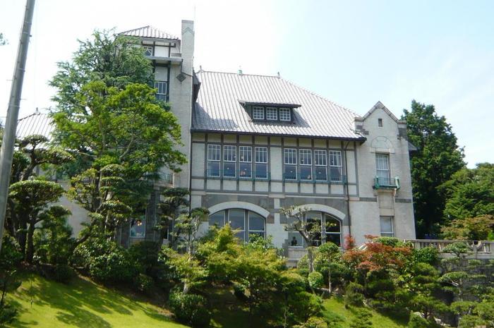 須磨離宮公園の程近くにある、邸宅レストラン「ル・アン」。 大正8年、当時貿易商をしていた西尾類蔵の迎賓館として建てられました。 大正時代の面影を残す建物は、美しい庭園共に神戸市指定有形文化財になっています。