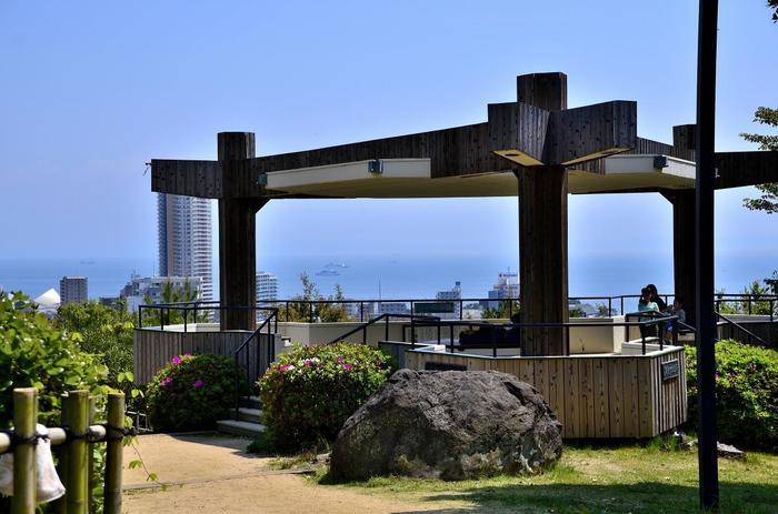 「月見台休憩所」 源氏物語の主人公・光源氏のモデルとされる在原行平が月見をしたとされている場所です。大阪湾が一望でき、天気がよければ和歌山の友ヶ島まで見ることができます。