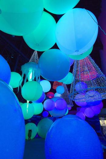 夏休み期間中(平成29年は7月15日~8月31日)に開催される「神戸須磨アクアイルミナージュ」。この期間中は22時まで開園されています。  美しいイルミネーションを初め、プロジェクションマッピングと融合した幻想的なイルカショーや音楽と光のショーなどを楽しむことができます。