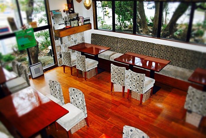 須磨海浜水族園から徒歩7分ほどのところにある「Pizzeria OTTO (ピッツェリア オット)」。天井が高く、窓が大きいので店内は開放的な雰囲気。