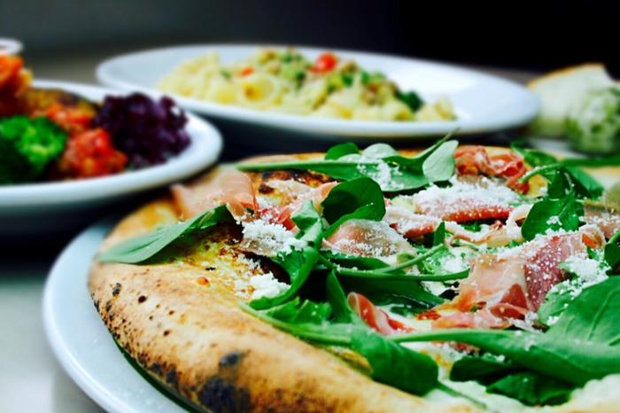 イタリア直送の釜で焼かれるナポリ風のピザが人気。テイクアウトすることもできますよ。定番のマルゲリータの他、クアトロ フォルマッジ、カプリチョーザ、シチリアーナなどたくさんの種類のピザが楽しめます。