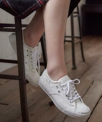 定番のスニーカーも、夏は白を選ぶと足元を爽やかで軽やかな印象にしてくれます。カジュアルコーデはもちろん、フェミニンスタイルやきれいめコーデにも合わせやすく、足元が上品に仕上がりますよ。