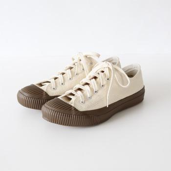 生成り×ブラウンのラバーの組み合わせが新鮮。厚みのあるゴム底が快適な履き心地のスニーカーは、丈夫なつくりなので長く愛用することができます。