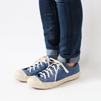 インディゴブルーがコーデに爽やかさをプラスしてくれます。経年変化を楽しめるのもインディゴ染めのスニーカーならでは。色落ちで味わい深くなるスニーカーは、ずっと大切に履きたい靴の一つになることでしょう。