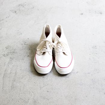 生成りのキャンバス地に赤のラインの名作スニーカーをオマージュしたモデル。ホワイトモデルは約3年ぶりの限定発売で、アッパーのパターンなどの仕様を新しくして、MOONSTARで少量生産されています。