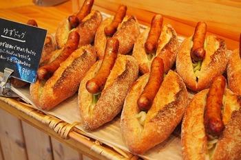 うきは市のハム工房「リバーワイルド」のソーセージをどんとのせた「ゆずドッグ」。ジューシーなソーセージと柚子胡椒で炒めたキャベツが絶妙で食べ応えも満点。