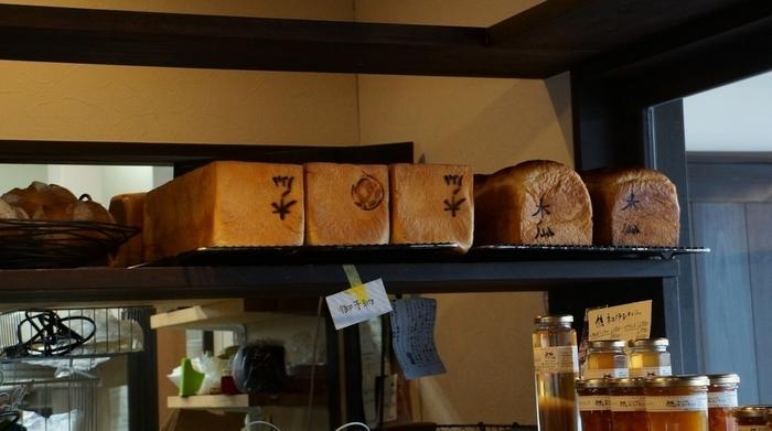 焼き印の入った食パンもおすすめです。