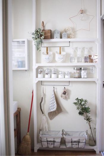 こちらはほうきや雑巾、スポンジ、各種のスプレー、重曹やミョウバンなど、掃除に使う物の居場所がとても美しく整頓されています。これなら、掃除道具を集めているうちにやる気が萎んでしまう、なんてこともありませんね。