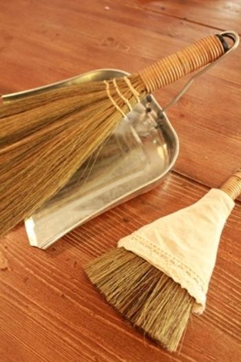 掃除機って結構重いし、コンセントの位置や充電のことも気になるし、わざわざ出してくること自体がちょっと面倒だったりしませんか?掃除機を使うのは数日に一度にして、普段はほうきでささっと掃くというお掃除法なら、ストレスなく床掃除が続けられそうです。
