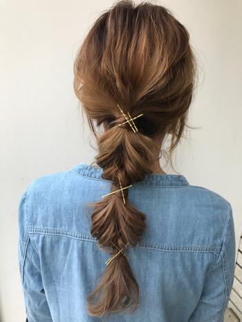 一見難しそうに見えますが、くるりんぱ→結ぶ→くるりんぱ→結ぶを繰り返し、毛束をふんわり引き出すだけ。  節目節目にヘアアクセを散りばめれば、簡単なのに技あり風なヘアアレンジに見えますよ。