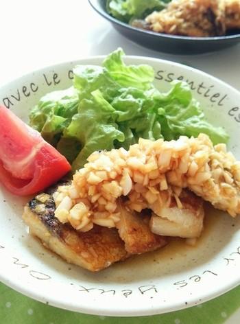 【鯖の南蛮漬け】 身がしっかりしている鯖は、煮ても焼いても食べごたえがあるお魚。南蛮漬けにするとさらにボリュームアップするので、見栄えのするメイン料理に。玉ねぎたっぷり、生姜も効かせた漬けダレは、さっぱりしていながらもパンチがあります。