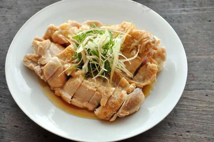 【鶏肉の南蛮漬け】 鶏もも肉を皮目から香ばしく焼いて、南蛮酢に投入!肉汁まで加えているので旨味はたっぷり。仕上げに薬味を添えて。おもてなしにも喜ばれる一品です。