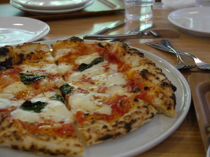 店内にはカフェもあり、富良野チーズを使い石窯で焼かれたピザが人気です。