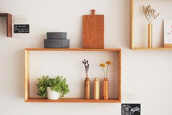 シンプルな木枠の飾り棚。額縁のようにも見えて、雑貨を素敵に飾ることが出来ます。雑貨を飾るスペースがなくても、壁が素敵なディスプレイになります。