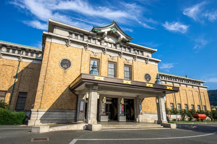 1933(昭和8)年開館当初は大礼記念京都美術館という名称でしたが、1952(昭和27)年に京都市美術館に改称。明治以降~1990(平成2)年頃にまで至る日本画、洋画、工芸作品などがコレクションの中心です。現在、2019年に新館建設などリニューアルを実施しています。