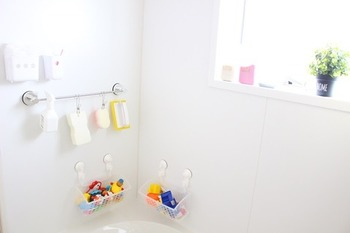 お風呂掃除に使うスポンジやブラシ、子どものおもちゃなどは、フックにかけて吊るすと水切り出来て、サッと取り出しやすく便利です。