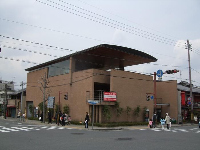 角地に建つ人目を惹く建物は、大江匡氏が設計し1998年に開館した公益財団法人細見美術財団が運営する細見美術館です。京都の町家のモチーフに取り入れ、地下2階から地上3階まで吹き抜けとなった中庭、カフェ・レストラン、屋上庭園、茶室など、人々が集い憩う空間を創り出しています。 実業家・細見古香庵に始まる細見家の蒐集品をベースに、神道・仏教美術から茶の湯の美術、琳派・伊藤若冲といった江戸絵画など、日本美術の様々な分野・時代を網羅するコレクションが魅力です。