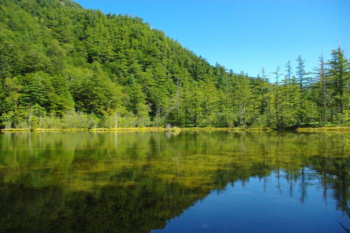 明神橋を渡ると、ほどなく明神池へと到着します。明神池の池畔には穂高神社奥宮が鎮座しており、神域となっているせいか、そこはかとなく厳かな雰囲気を感じます。