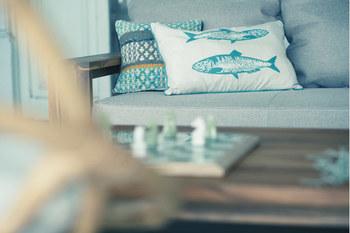 こんなお魚がプリントされたクッションカバーも、マリンテイストのお部屋にぴったり!