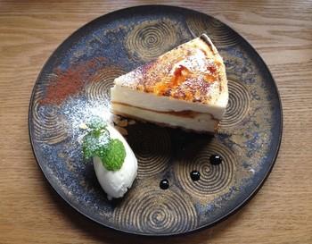 カフェメニューで人気なのは、チーズケーキシブースト仕立。濃厚スフレチーズケーキにカスタードクリームをのせ、パリパリのキャラメリゼをトッピングスしています。