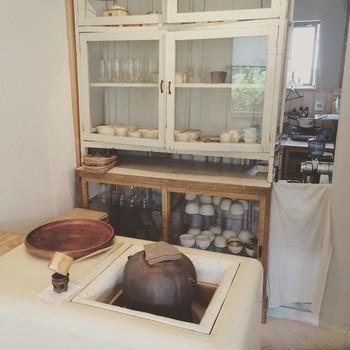 こちらの炉に入った茶釜で沸かしたお湯で、丁寧にドリンクを淹れてくれます。