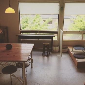 小さな一軒家で1階がお菓子屋さん、2階がカフェになっています。茶室のように炉があったり、畳敷きのスペースがあったり、放課後の小学校の教室のようでもあり、ふんわりした空気が流れます。