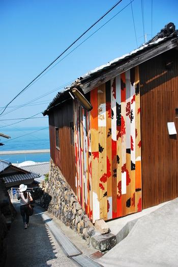 島で集めた廃材や廃船などに風景のシルエットをカラフルに描き、民家の外壁に設置した作品。この作品は島のあちこちにあり、男木島の景観の一部として楽しめます。