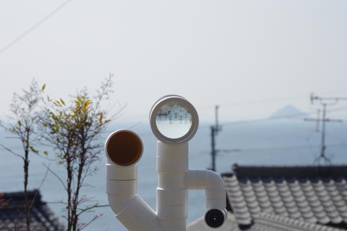 男木島の坂道を歩いて行ると突如現れる作品、『オルガン』。島の路地に望遠鏡などを組み込んだパイプを配管した作品です。ぜひ、パイプに耳を当ててみてください。何か音が聞こえてくるはずですよ。