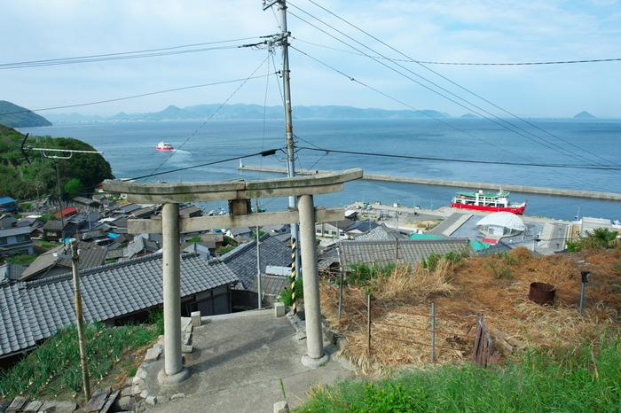 男木島では「豊玉姫(とよたまひめ)伝説」によって昔からよく知られている神社。山の上にある為、見晴らしがよく、夕方にはきれいな夕陽を堪能することができます。