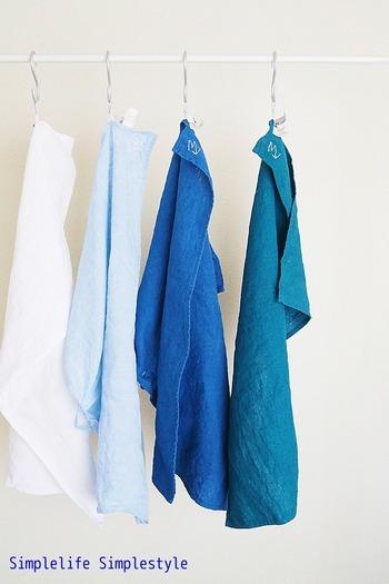 お皿ふきなどに使う「キッチンクロス」や手を拭く「タオル」は、畳んでおくより吊るす方が乾きも早く衛生的。ループ付きならぜひ、吊るしておきましょう。  吊るすクロスは季節ごとに色を変えてもいいですね。ブルー系でまとめると夏らしい爽やかなキッチンに。料理が楽しくなるアイデアです。