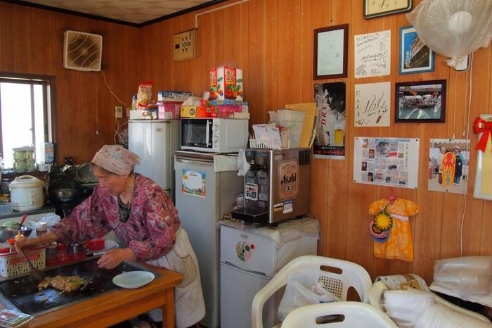 男木漁港のすぐ前にあるお店。店主のおばあちゃんが一人で切り盛りしています。おすすめメニューはおばあちゃんお手製の「お好み焼き」。他にも、地元でとれたタコを使った「たこ焼き」や「焼きそば」も◎