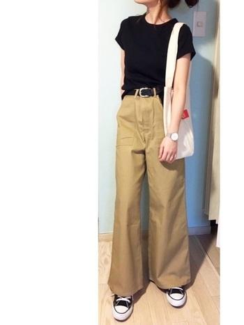 ユニクロのリブクルーネックTシャツは、「メンズライクな詰まった首元」と「身体に適度にフィットしたきれいなライン」が大人気。襟ぐりが小さく、肩がコンパクトな形なので、お色気は抑えつつも、華奢で女性らしい雰囲気に見せてくれます。