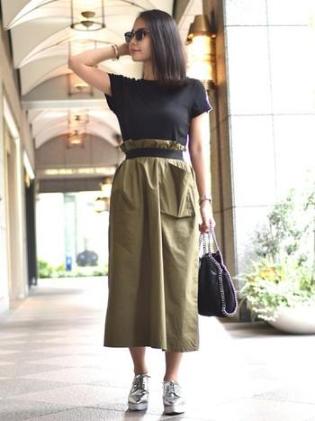 個性のあるスニーカーやスカートも、なんなく着こなせるのはシンプルなリブTのおかげかも。